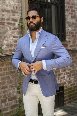 Comment porter: blazer bleu clair, chemise à manches longues bleu clair, pantalon chino blanc, ceinture en cuir noire