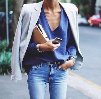 Comment porter: blazer bleu clair, pull à col en v bleu, jean skinny bleu clair