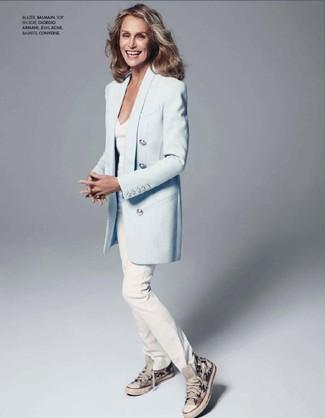 Tenue de Lauren Hutton: Blazer bleu clair, T-shirt à col en v blanc, Jean blanc, Baskets montantes en toile grises