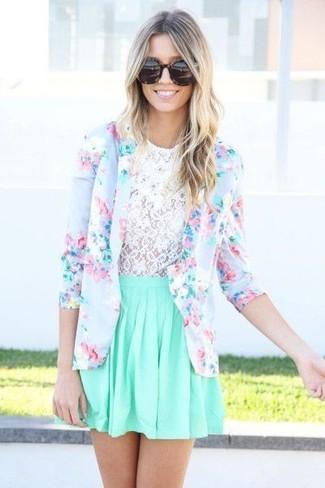 Comment porter: blazer à fleurs bleu clair, t-shirt à col rond en dentelle blanc, jupe patineuse vert menthe, lunettes de soleil imprimées léopard marron foncé