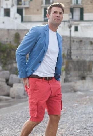 Comment porter: blazer bleu clair, t-shirt à col rond blanc, short fuchsia, ceinture en cuir tressée marron foncé