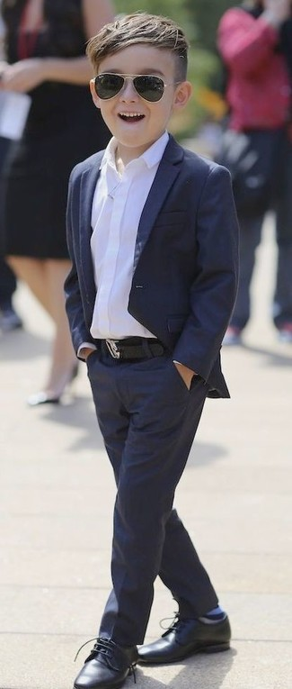 Comment porter: blazer bleu marine, chemise à manches longues blanche, pantalon bleu marine, chaussures richelieu noires