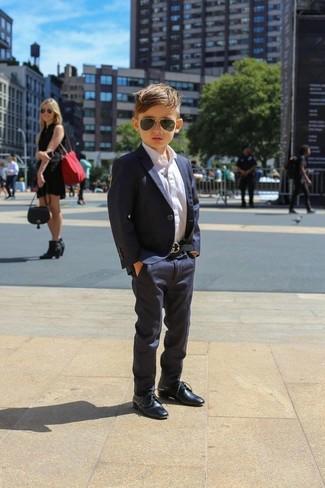 Comment porter: blazer bleu marine, chemise à manches longues blanche, pantalon bleu marine, chaussures richelieu bleu marine