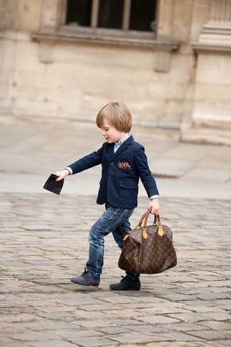 Comment porter: blazer bleu marine, chemise à manches longues bleu clair, jean bleu marine, bottes noires