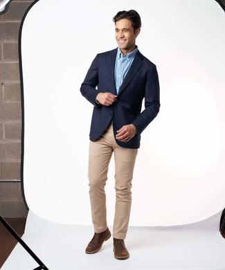 Comment porter: blazer bleu marine, chemise à manches longues bleu clair, pantalon chino marron clair, bottines chukka en cuir marron foncé