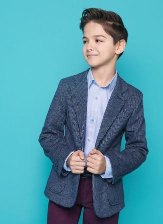 Tenue: Blazer bleu marine, Chemise à manches longues bleu clair, Pantalon pourpre foncé