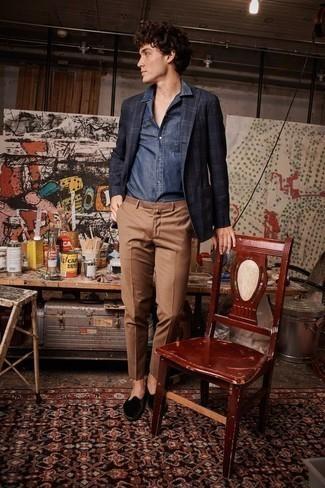 Comment porter un blazer écossais bleu marine et blanc: Associe un blazer écossais bleu marine et blanc avec un pantalon chino marron pour aller au bureau. Opte pour une paire de des slippers en velours noirs pour afficher ton expertise vestimentaire.