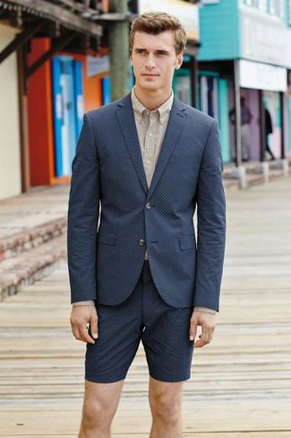 Comment porter: blazer bleu marine, chemise de ville beige, short bleu marine