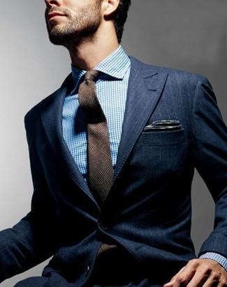 Comment porter: blazer à rayures verticales bleu marine, chemise de ville blanc et bleu, cravate en laine écossaise marron, pochette de costume gris foncé