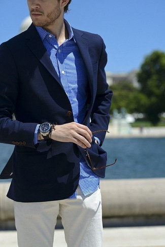 Comment porter: blazer bleu marine, chemise de ville en vichy blanc et bleu, pantalon chino blanc, montre en caoutchouc noire