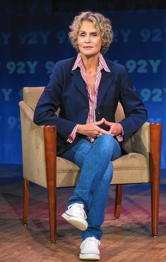 Tenue de Lauren Hutton: Blazer bleu marine, Chemise de ville à rayures verticales blanc et rouge, Jean bleu, Baskets basses en toile blanches