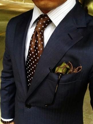 Comment porter: blazer bleu marine, chemise de ville à rayures verticales blanche, cravate en soie á pois marron, pochette de costume en soie imprimée olive