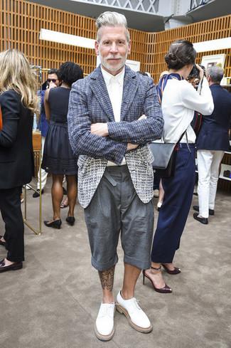 Tenue de Nick Wooster: Blazer en tweed bleu marine, Chemise de ville blanche, Short gris, Chaussures derby en cuir blanches