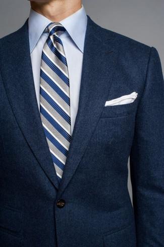 Comment porter: blazer en laine bleu marine, chemise de ville bleu clair, cravate à rayures verticales grise, pochette de costume blanche
