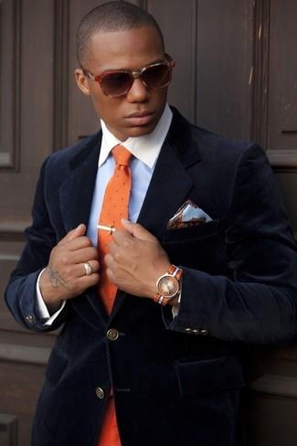 Comment porter: blazer en velours bleu marine, chemise de ville bleu clair, cravate á pois orange, pochette de costume en soie à fleurs bleu clair