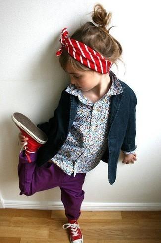 Comment porter: blazer bleu marine, chemise de ville bleu clair, jean pourpre, baskets rouges