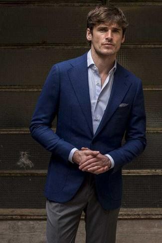 Comment porter: blazer bleu marine, chemise de ville bleu clair, pantalon de costume gris foncé