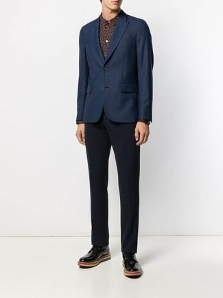 Comment porter: blazer bleu marine, chemise de ville imprimée noire, pantalon de costume bleu marine, chaussures derby en cuir noires