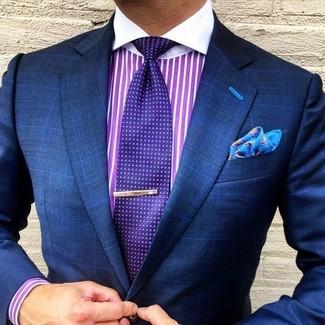 Comment porter une chemise de ville à rayures verticales pourpre: Marie une chemise de ville à rayures verticales pourpre avec un blazer à carreaux bleu marine pour un look idéal au travail.