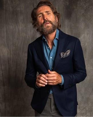 Comment porter: blazer en laine bleu marine, chemise en jean bleue, pantalon de costume en laine gris, pochette de costume grise