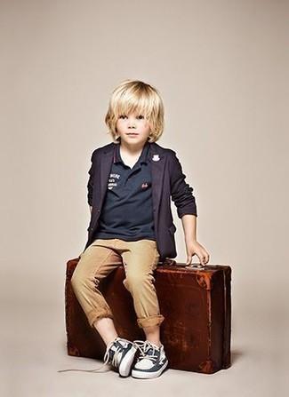 Comment porter: blazer bleu marine, polo bleu marine, pantalon marron clair, chaussures bateau bleu marine