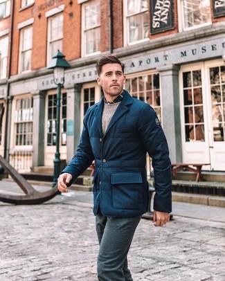 Comment porter: blazer en laine matelassé bleu marine, pull à col rond beige, chemise à manches longues écossaise bleu marine et blanc, pantalon de costume en laine bleu marine