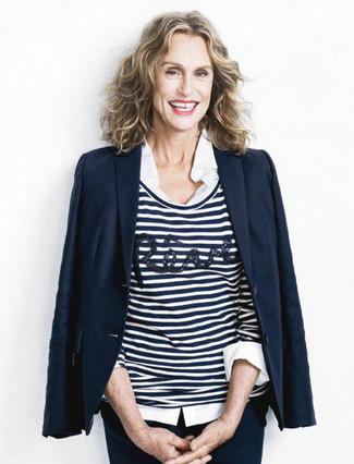 Tenue de Lauren Hutton: Blazer bleu marine, Pull à col rond à rayures horizontales blanc et bleu marine, Chemise de ville blanche, Pantalon slim bleu marine