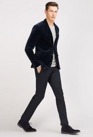 Comment porter des bottines chukka en daim noires: Harmonise un blazer en velours bleu marine avec un pantalon de costume bleu marine pour un look pointu et élégant. Jouez la carte décontractée pour les chaussures et assortis cette tenue avec une paire de des bottines chukka en daim noires.