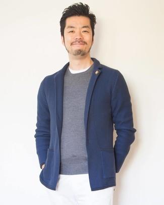 Comment porter: blazer en tricot bleu marine, pull à col rond gris, t-shirt à col rond blanc, pantalon chino blanc