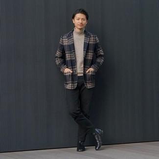 Comment porter un pantalon chino noir: Pense à associer un blazer écossais bleu marine avec un pantalon chino noir pour un look idéal au travail. Ajoute une paire de bottines chelsea en cuir noires à ton look pour une amélioration instantanée de ton style.