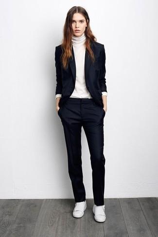 Comment porter: blazer bleu marine, pull à col roulé blanc, pantalon de costume bleu marine, baskets basses en cuir blanches