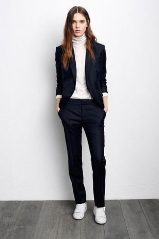 Tenue: Blazer bleu marine, Pull à col roulé blanc, Pantalon de costume bleu marine, Baskets basses blanches