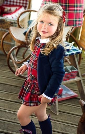 Comment porter: blazer bleu marine, robe écossaise rouge, chaussettes montantes bleu marine