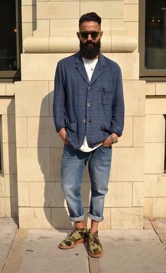 Comment porter: blazer en coton bleu marine, t-shirt à col rond blanc, jean bleu, bottines chukka en daim camouflage olive