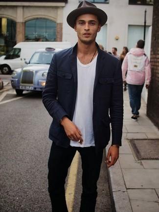 Tenue  Blazer en coton bleu marine, T-shirt à col rond blanc, Jean skinny  noir, Chapeau en laine marron foncé   Mode hommes a74972c0245b