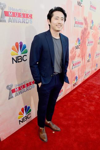 Comment porter: blazer bleu marine, t-shirt à col rond gris, pantalon de costume bleu marine, chaussures brogues en cuir marron