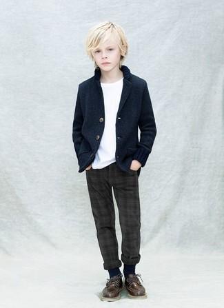 Comment porter: blazer bleu marine, t-shirt blanc, pantalon gris foncé, chaussures richelieu marron foncé