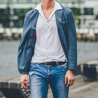 Comment porter: blazer bleu, polo en lin blanc, jean déchiré bleu, ceinture en cuir tressée marron foncé