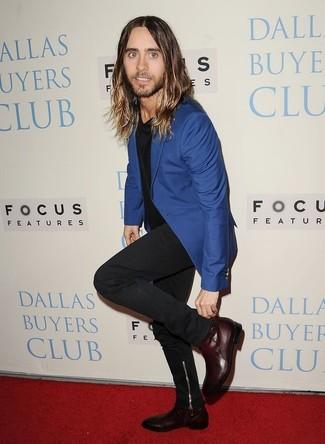 Comment porter: blazer bleu, t-shirt à col rond noir, jean noir, bottines chelsea en cuir bordeaux
