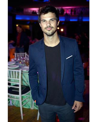 Blazer bleu t shirt a col rond noir pantalon chino bleu marine blanc large 5119