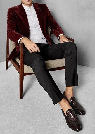 Comment porter un blazer en velours bordeaux: Essaie de marier un blazer en velours bordeaux avec un pantalon de costume noir pour une silhouette classique et raffinée. Une paire de des slippers en cuir bordeaux est une option avisé pour complèter cette tenue.