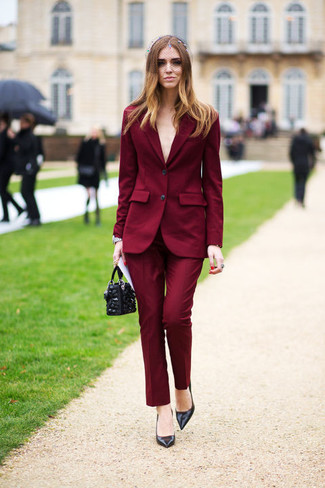 La polyvalence d'un blazer bordeaux et d'une pochette en cuir ornée noire femmes Fendi en fait des pièces de valeur sûre. D'une humeur créatrice? Assortis ta tenue avec une paire de des escarpins en cuir noirs.