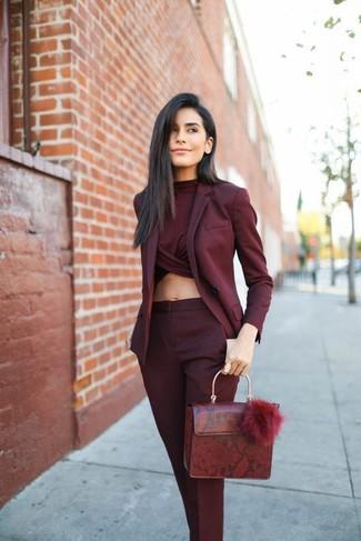 Comment porter: blazer bordeaux, top court bordeaux, pantalon de costume bordeaux, cartable en cuir bordeaux