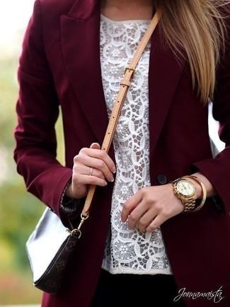 Comment porter: blazer bordeaux, top sans manches en dentelle blanc, sac bandoulière en cuir imprimé marron foncé, montre dorée