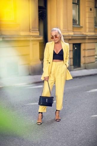 Comment porter un bustier noir: Associe un bustier noir avec un pantalon carotte jaune pour un déjeuner le dimanche entre amies. Une paire de des sandales à talons en cuir noires s'intégrera de manière fluide à une grande variété de tenues.