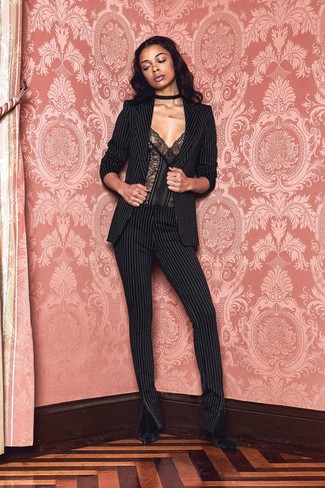 Comment porter: blazer à rayures verticales noir, bustier en dentelle noir, pantalon slim à rayures verticales noir, bottines en velours noires