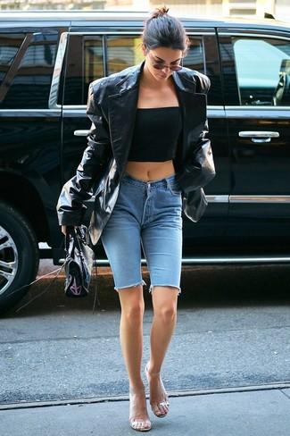 Comment porter: blazer en cuir noir, bustier noir, short cycliste en denim bleu clair, sandales à talons en caoutchouc transparentes