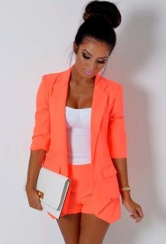 Comment porter: blazer orange, bustier blanc, short orange, pochette en cuir blanche