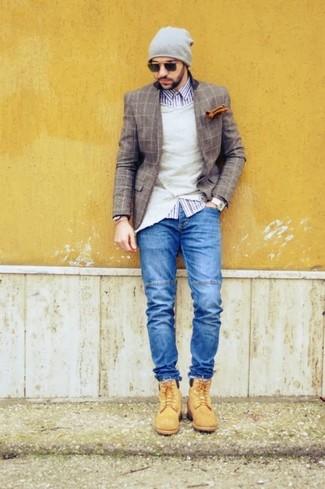 Comment porter: blazer en laine à carreaux marron, cardigan beige, chemise à manches longues en vichy blanc et bleu marine, jean bleu