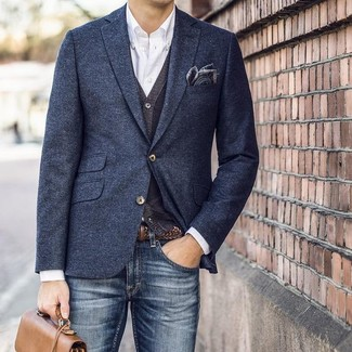 Comment porter: blazer en laine bleu marine, cardigan gris foncé, chemise à manches longues blanche, jean bleu marine
